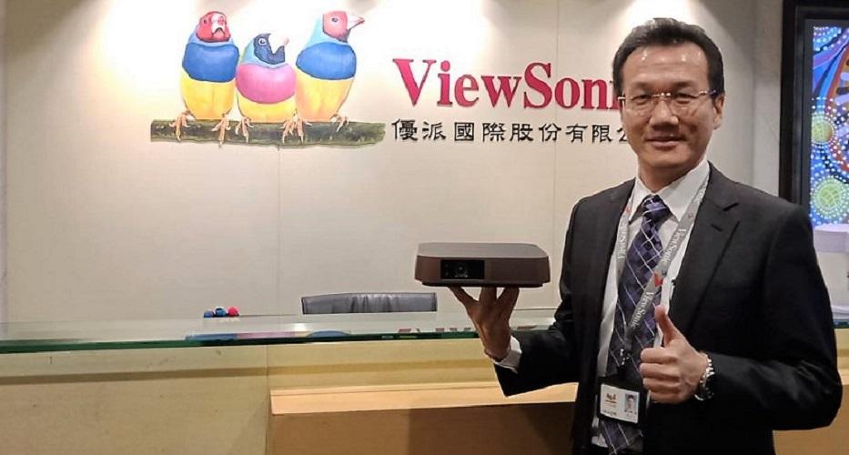 ViewSonic台灣區總經理黃金得一手輕鬆展示M2 FHD無線智慧微型投影機,突顯產品影音整合與行動方便特色。圖/黃志偉